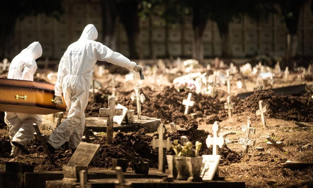 A rotina dos sepultamentos com o novo coronavírus Foto: ROBERTO MOREYRA / Agência O Globo