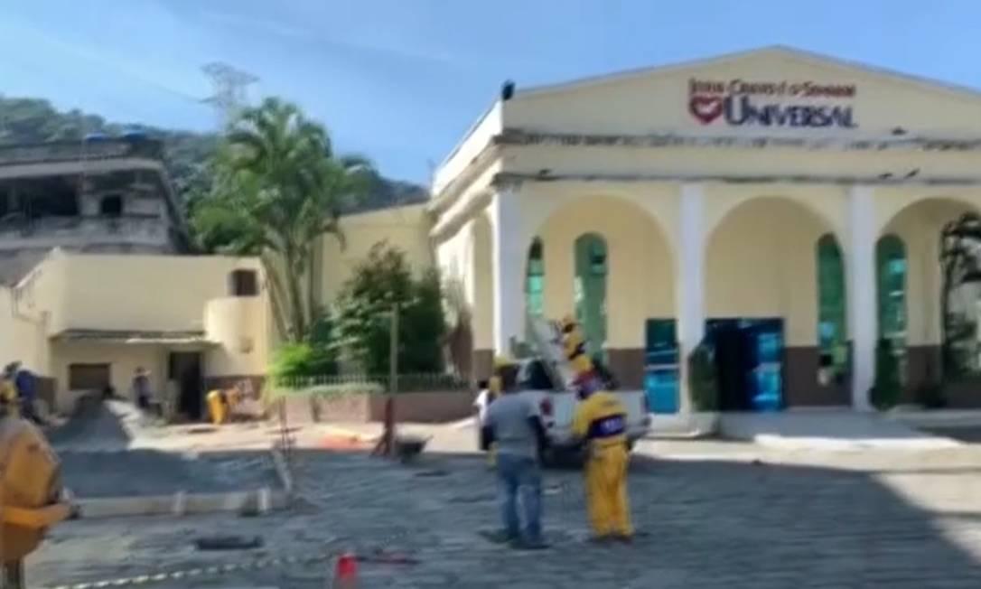 Operários da prefeitura no estacionamento de igreja na Rocinha Foto: Reprodução/Rede Globo