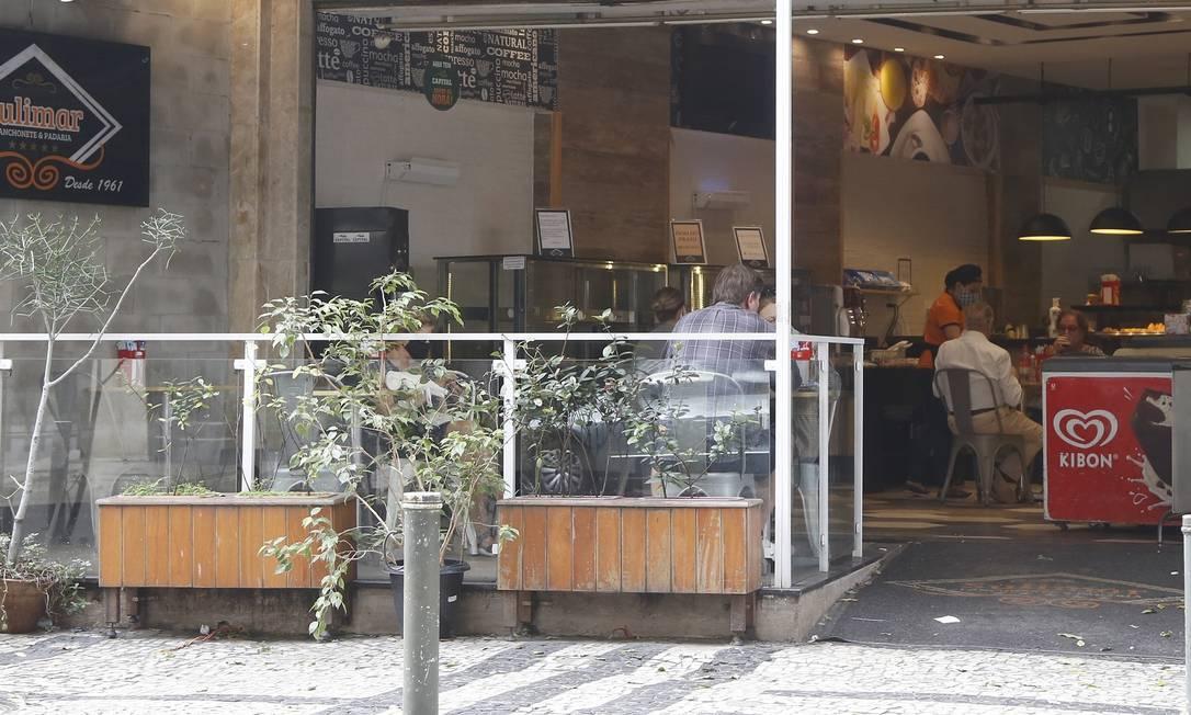 Lanchonete em Copacabana colocou mesas e cadeiras à disposição Foto: Agência O Globo