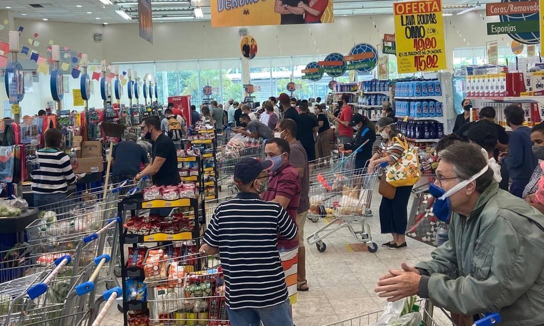 Clientes se aglomeram em mercado Foto: Gabriela Oliva / Agência O Globo