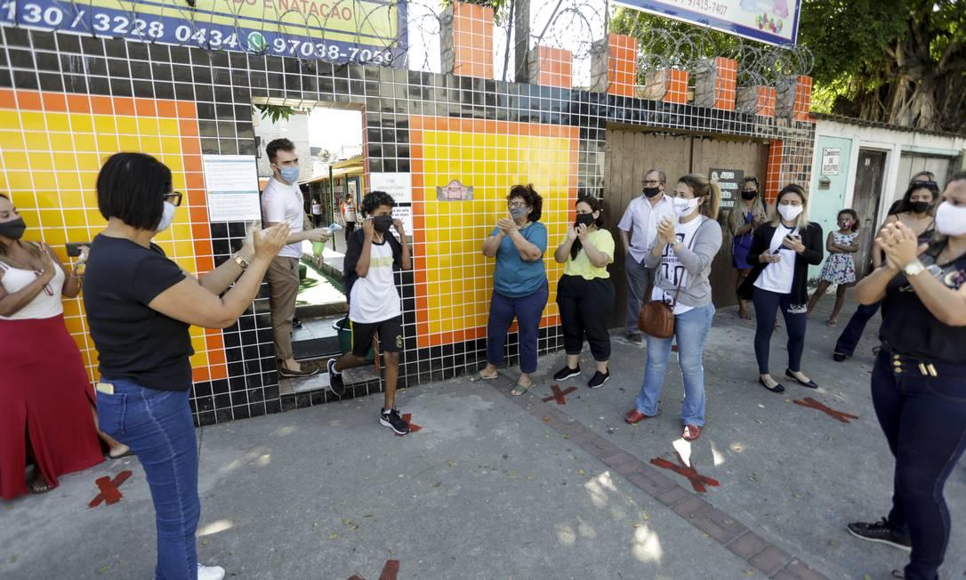 Alunos do colégio Tia Paula foram aplaudidos pelos pais, quando retornaram às aulas Foto: Gabriel de Paiva / Agência O Globo