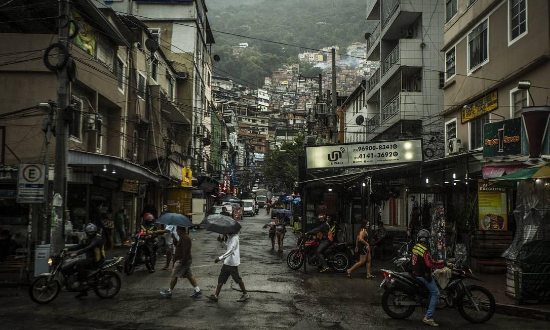 Movimentação na entrada da Rocinha: habitação será um dos temas debatidos no encontro on-line Foto: Guito Moreto / Agência O Globo