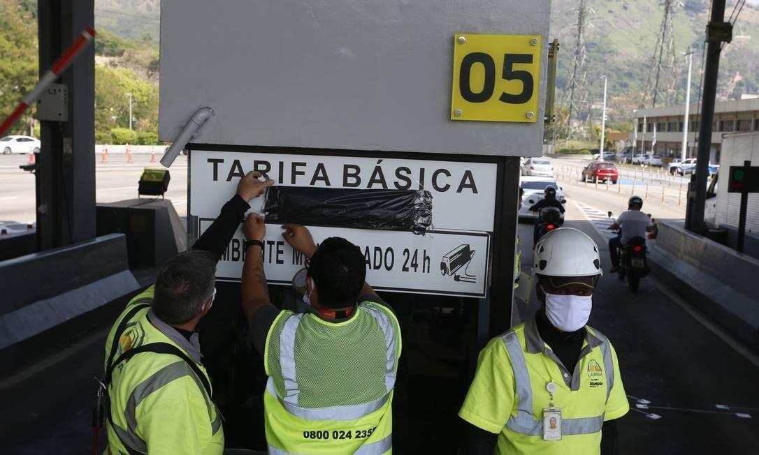 Na quinta-feira, dia 17, Funcionários retiraram as placas com valores do pedágio Foto: Fabiano Rocha / O Globo