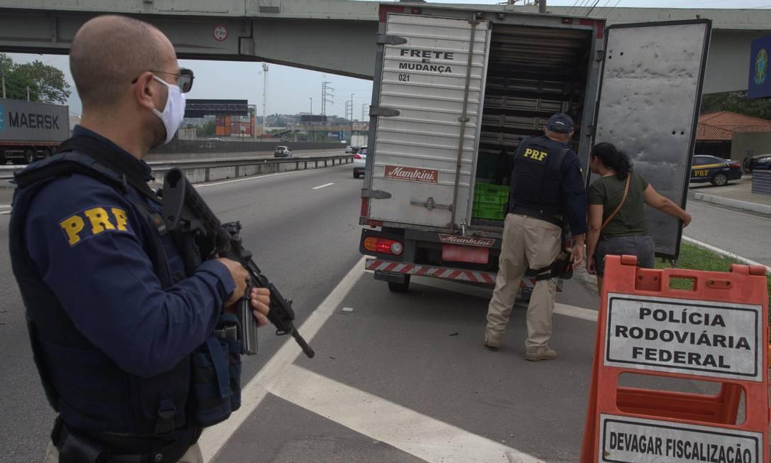 A Dutra é a via mais usada pelo tráfico nas estradas do RJ Foto: Roberto Moreyra / Agência O Globo
