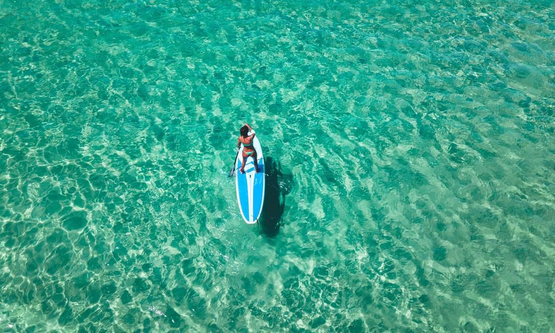 Praticante de stand up paddle na Praia dos Amores Foto: João Ricardo Januzzi / Divulgação