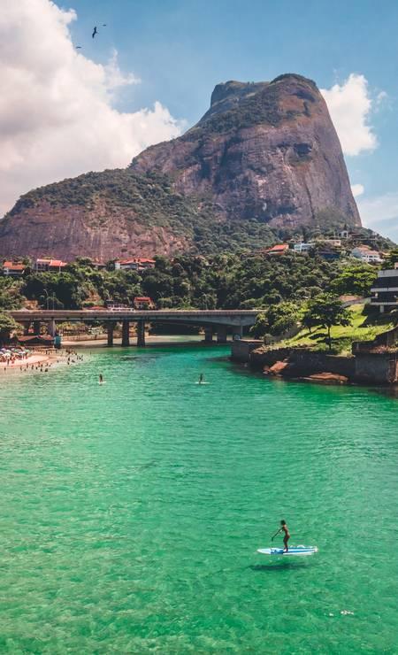 Prancha parece flutuar nas águas translúcidas Foto: João Ricardo Januzzi / Divulgação