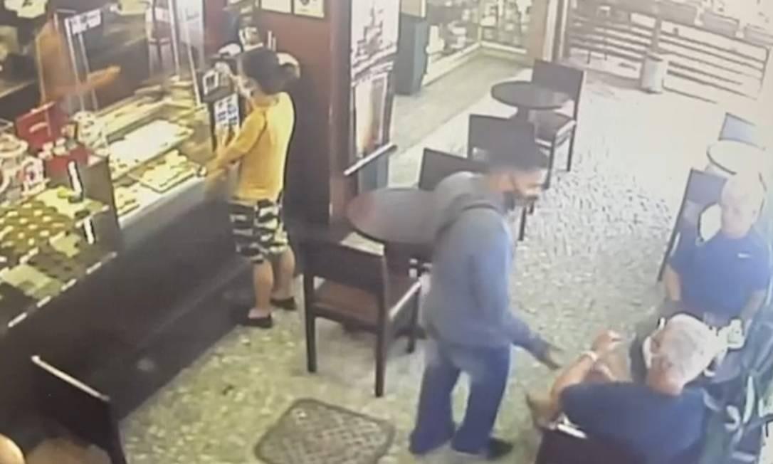 Ladrão é flagrado roubando idoso no Leblon Foto: Reprodução