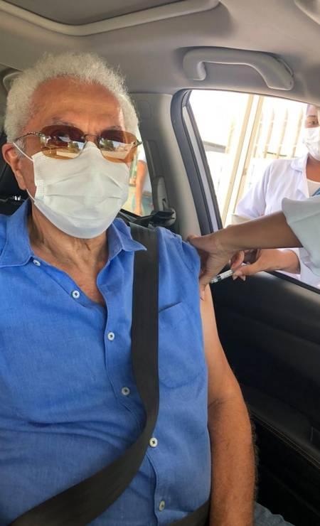 Paulinho da Viola, 78 anos, se vacinou no no drive thru do Parque Olímpico, na Zona Oeste do Rio Foto: Divulgação
