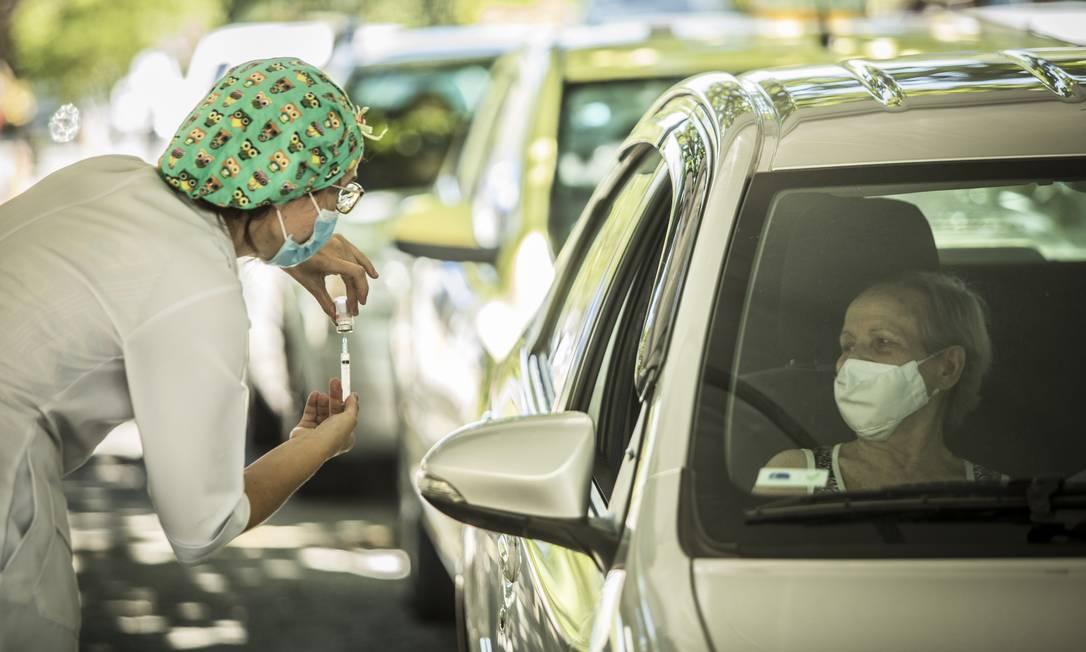 Vacinação no drive thru da Uerj Foto: Guito Moreto / Agência O Globo