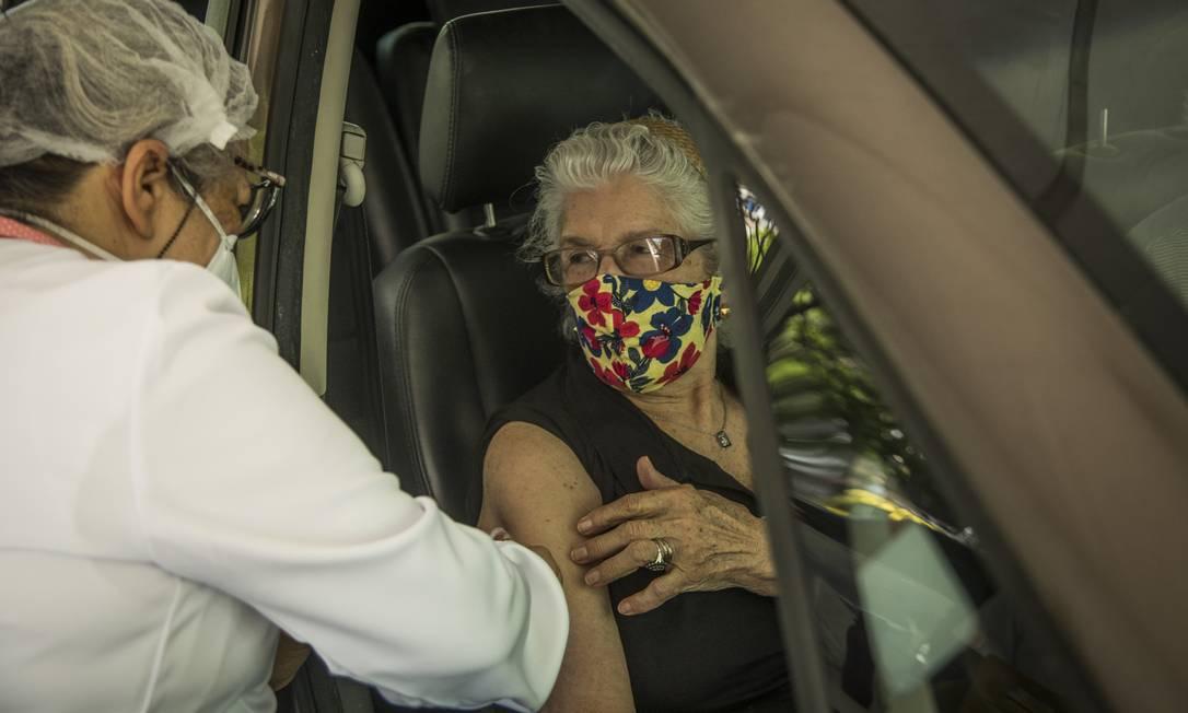 Idosa é vacinada em posto drive-thru Foto: Guito Moreto / Agência O Globo