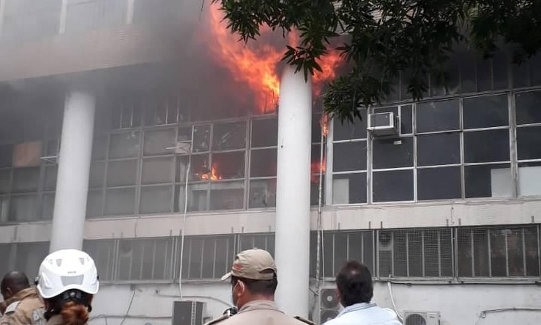 Incêndio atingiu prédio da reitoria da UFRJ, na cidade universitária. Foto: Adufrj