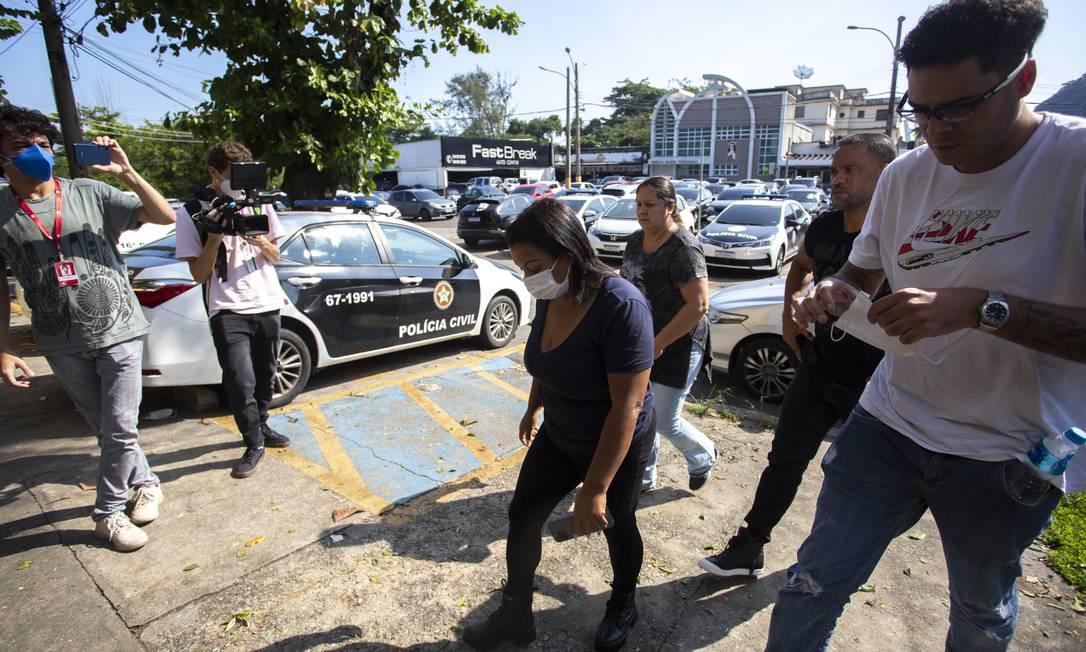 Mãe de MC Kevin chega à 16 DP, ao lado do padrasto, para prestar depoimento. Foto: Maria Isabel Oliveira / Agência O Globo