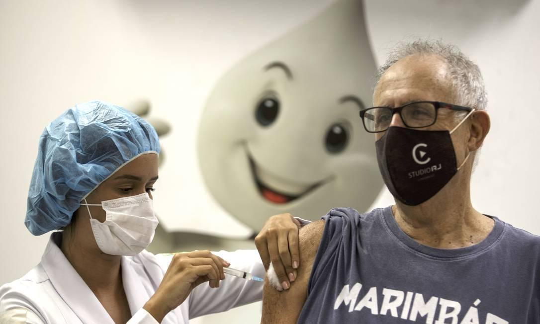 Calendário de vacinação por idade no Rio começa na segunda-feira, dia 31, e vai até o fim de outubro, quanto contempla toda a população acima de 18 anos Foto: Márcia Foletto / Agência O Globo