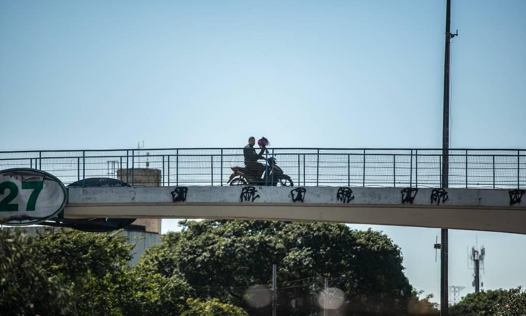 Motociclista faz bandalha em passarela da Avenida Brasil Foto: Brenno Carvalho / Agência O Globo
