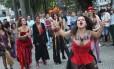 Grupo de mulheres protesta no Largo do Machado junto a peregrinos que se reúnem para a Jornada Mundial da Juventude
