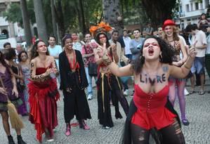 Grupo de mulheres protesta no Largo do Machado junto a peregrinos que se reúnem para a Jornada Mundial da Juventude Foto: Pedro Teixeira/ Agência O Globo / Agência O Globo