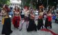 """Mulheres pintam no corpo expressões como """"Estado laico"""" e """"Liberdade"""" em protesto no Largo do Machado"""