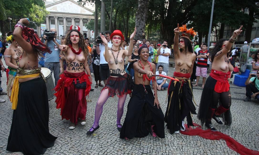 """Mulheres pintam no corpo expressões como """"Estado laico"""" e """"Liberdade"""" em protesto no Largo do Machado Foto: Pedro Teixeira/ Agência O Globo / Agência O Globo"""
