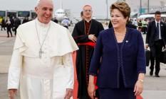 Papa Francisco caminha com a presidente Dilma Rousseff ao desembarcar no Rio Foto: Roberto Stuckert Filho / AP