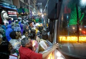 Peregrinos tentam entrar em ônibus na Avenida Princesa Isabel, após o término da missa de abertura da Jornada Foto: Pedro Kirilos / Agência O Globo