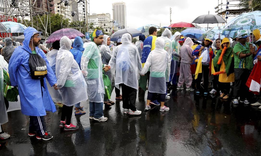 A maioria dos fiéis anda em grupos. Alguns chegam a ter 40 pessoas Foto: Mônica Imbuzeiro / Agência O Globo