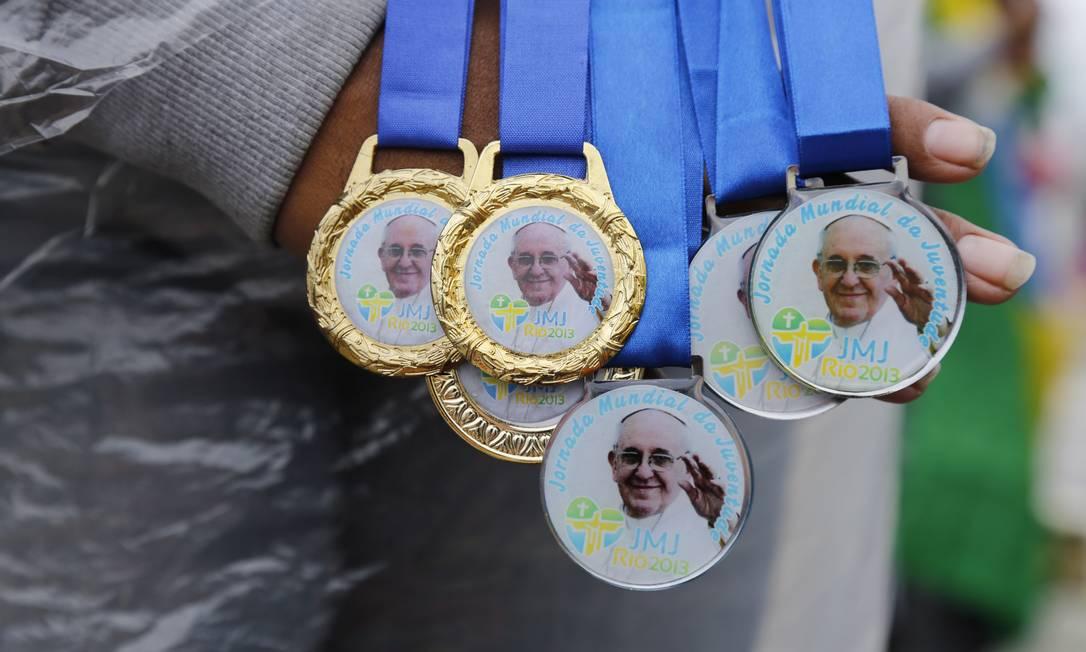 Medalhas estampam o rosto do Papa Francisco Mônica Imbuzeiro / Agência O Globo