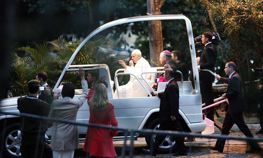 Papa Francisco passa dentro do papamóvel pelo Forte de Copacabana Paulo Moreira / Agência O Globo