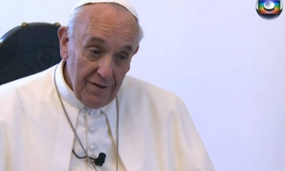 Papa dá entrevista aos repórteres Gérson Camarotti, da Globonews, e Fellipe Awi, da TV Globo Foto: Reprodução