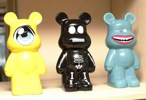 Bonecos 'toy art' no apartamento de Maria Helena Gesta Foto: Luiz Ackermann / Agência O Globo