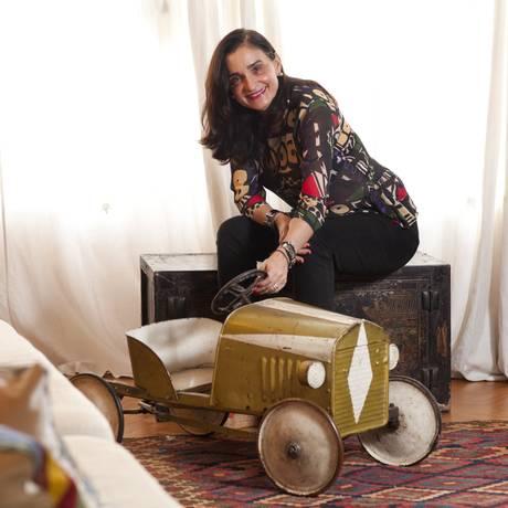 Original dos anos 20 e hoje usado como peça decorativa, o carrinho de criança pertenceu à família do marido da Bettina D'Archemont, o conde Pierre dArchemont Foto: Bárbara Lopes / Agência O Globo