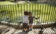 Brinquedos de madeira e areia nova para a área das crianças. O lago principal também ganhará ponte de ferro