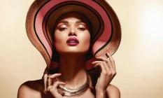 """Especialistas garantem: as tão populares maquiagens de contorno (popularizadas outrora por figuras como Kim Kardashian) estão por baixo. As próximas estações pedem tons mais iluminados, com efeito natural. A técnica foi batizada de """"strobe"""" (lembra daquelas luzes de boate dos anos 90?). Isa Spironelli, maquiadora do Boticário — marca que lançou uma série de produtos de olho nessa moda —, explica que a ideia é dar uma impressão de leveza, de quem não usou quase nada no rosto. O passo a passo a seguir é criação de Daniel Hernandez, também do Boticário. Foto: RPM Comunicação / Divulgação"""