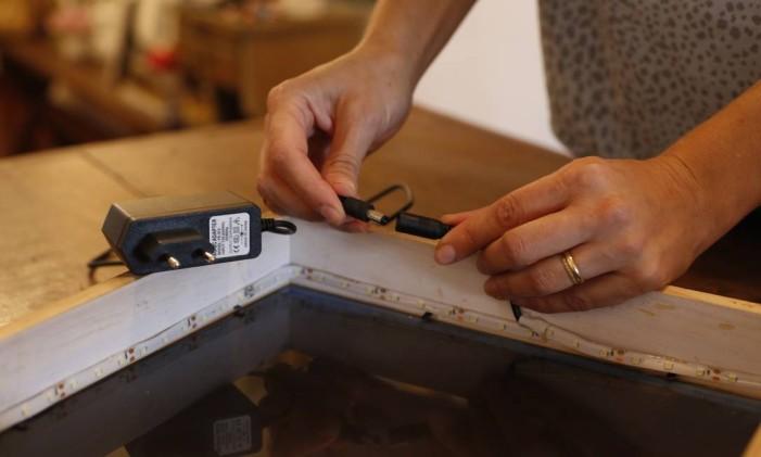 Após colar a fita de led nos quatro lados do interiror da moldura, conecte-a a um cabo de força que será ligado na tomada. Foto: Bárbara Lopes / Agência O Globo