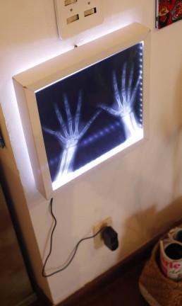 Pendure o quadro próximo a uma tomada e conecte o plug. Mesmo em ambientes claros, é possível ver o efeito da luz de led. Foto: Agência O Globo