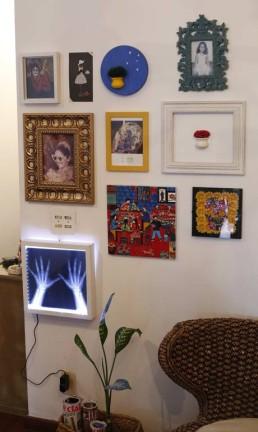 O quadro com luz de led pode ser integrado à decoração ao lado de peças tradicionais e, ao mesmo tempo, com diferentes estilos e referências. Foto: Bárbara Lopes / Agência O Globo