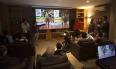 Moradores da Barra recebem informação sobre o esquema de trânsito durante a Olimpíada Foto: Antonio Scorza / Agência O Globo