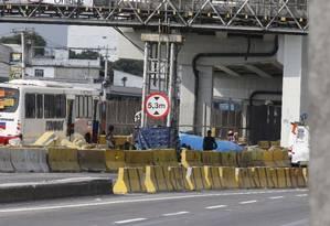 Usuários de crack no canteiro central da Avenida Brasil Foto: Domingos Peixoto / Agência O Globo
