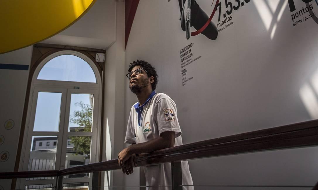 Jovem na entrada do Museu Cidade Olímpica e Paralímpica Foto: Ana Branco / Agência O Globo