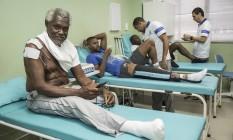 Vantuil, ex-jogador; e Waldir e Eduardo, em atividade, fazendo tratamento Foto: Ana Branco / Agência O Globo
