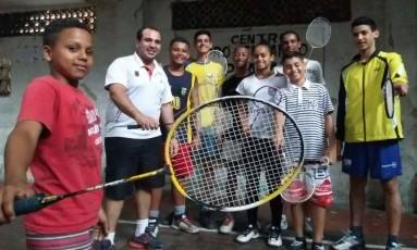Gabriel (segundo à esquerda) e os alunos do Centro Pró-Cubango Foto: Divulgação
