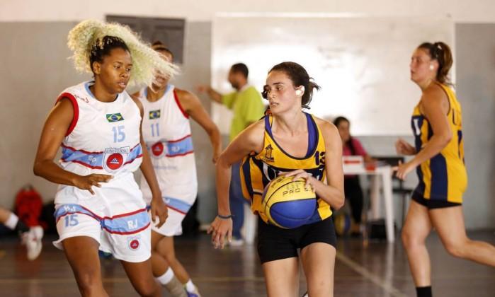 As equipes femininas de basquete da Universidade Salgado Oliveira e da UFRJ disputam a semifinal da modalidade no Centro Univercitário Celso Lisboa, no Engenho Novo Foto: Marcelo de Jesus / Agência O Globo