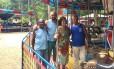 Therezinha, cercada pelos funcionários Manoel, Eucálio e Lez Foto: Divulgação