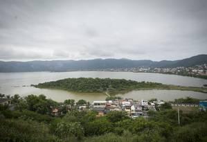 Lagoa de Piratininga e trecho do seu entorno: área, hoje degradada e com ocupações irregulares, será revitalizada Foto: Analice Paron / Agência O Globo
