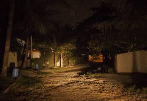 Num trecho da Rua G, em Piratininga, não há qualquer ponto de luz. Presidente do Ccron diz que são muitas as reclamações de moradores da Região Oceânica Foto: Hermes de Paula / Agência O Globo