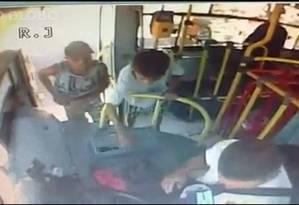 Menino rouba o dinheiro da passagem com apoio do assaltante Foto: Reprodução
