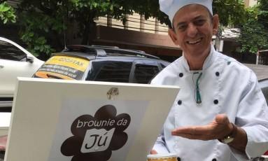 Julio Almeida estava desempregado e hoje vende os brownies a bordo de uma bike Foto: Ludmila de Lima