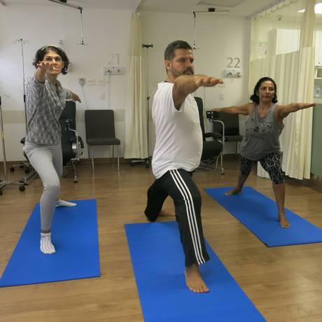 O professor de ioga Thiago Leão durante uma aula Foto: Árion Lucas