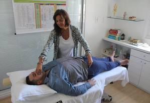 Mourão durante sessão com Cláudia Jasmim: cabeleireiro eliminou tendinite e problema na cervical Foto: Ana Beatriz Marin