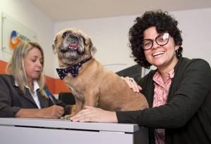 A fotojornalista Christina Maria Silva Torres registra o seu cão Gonzo Foto: Leo Martins / Agência O Globo