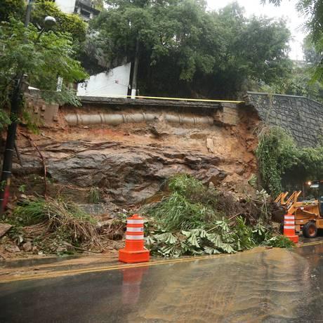 Temporal provocou deslizamento de terra na Rua Cosme Velho Foto: Fabiano Rocha / Agência O Globo